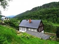 chalupa Dolní Žleb - pohled od lesa ze zahrady - ubytování Dolní Žleb