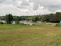 pohled na rybník a umístění chaty