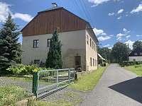 Pohodové apartmány - pohled ze silnice, příjezd - ubytování Horní Chřibská