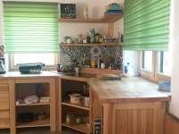 Kuchyně - stažené rolety - chalupa ubytování Krásná Lipa