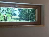 Okno z ložnice, výhled na louku - pronájem chalupy Krásná Lipa