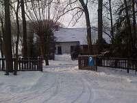 Chalupa Křečovice - zimní pohled z parkoviště na chalupu
