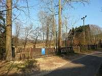 oplocené uzamykatelné parkoviště naproti chalupě