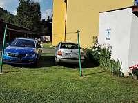 Parkování před apartmánem - k pronájmu Líšný - Malá Skála
