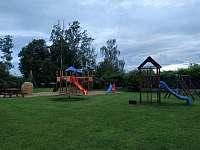 Dětské hřiště v areálu obecní hospody - chalupa k pronajmutí Žeretice