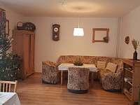 společenská místnost navazuje na jídelnu - Pelešany u Turnova