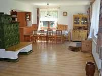 společenská místnost navazuje na jídelnu - pronájem chalupy Pelešany u Turnova
