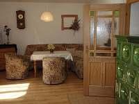 společenská místnost s kamny - chalupa k pronajmutí Pelešany u Turnova