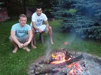 ohniště v zahradě u lesa