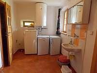 ledničky a umyvadlo před koupelnou