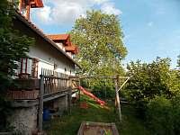 pod terasou -pískoviště a houpačky - pronájem chalupy Syřenov - Žďár u Kumburku