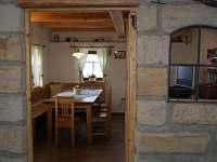 Pohled z kuchyně - chalupa k pronájmu Čtveřín