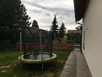 Trampolína na spodní zahradě