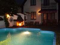 Osvětlení bazénu vytváří příjemnou atmosferu k večernímu posezení na terase.