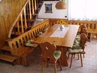 Veký masivní stůl 1x2 m ,zde se můžete všichni sejít k jídlu i zábavě.