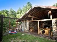 zahrada s pergolou,bazénem,dětské hřiště,trampolina - apartmán ubytování Nová Paka