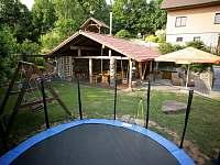 zahrada s pergolou,bazénem,dětské hřiště,trampolina