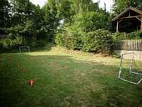 zahrada s pergolou, bazénem, dětským hřištěm - apartmán k pronájmu Nová Paka