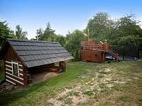 zahrada s pergolou, bazénem, dětským hřištěm, posilovna - apartmán ubytování Nová Paka