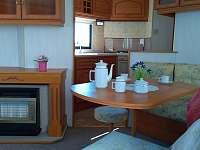 Pohled z obývacího pokoje do kuchyně - chata k pronajmutí Všeň