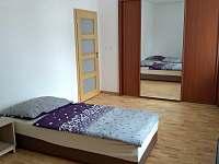 Apartmán 1 - Ložnice s vestavěnou skříní a televizí s O2 TV - k pronajmutí Jičín
