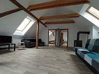 Apartmán 2- obývací pokoj s kuchyní a jídelnou - pronájem Jičín