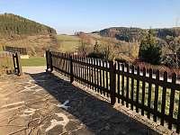 Výhled z terasy do krajiny - chalupa k pronájmu Stupná