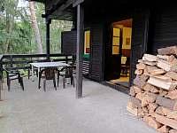Krytá terasa s posezením - chata k pronájmu Troskovice
