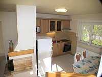 jeden ze dvou identických obýváků s kuch.koutem - pronájem chaty Branžež