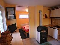 samostatný byt v suterénu s manž. postelí a sociálním zázemím - Branžež