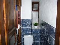 Samostatné WC v přízemí - 2x. - Skuhrov