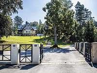 Hlavní vjezd do areálu - vila ubytování Branžež