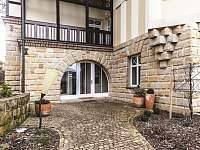 Vchod do vily - pronájem vily Branžež