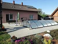 Posezení u bazénu - Březina