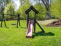 dětské hřiště - pronájem roubenky Pelešany