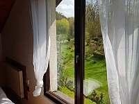 Výhled do údolí z velké ložnice - chata k pronajmutí Zásada u Sychrova