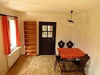 Stůl a úložné police - apartmán k pronajmutí Malá Skála
