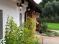 Pohled na zahradu od stodoly - ubytování Dolni Bousov - Ošťovice