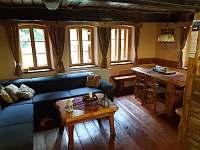 Společenská místnost s kuchyní a jídelnou - chalupa ubytování Libštát
