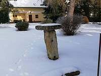 kamenný stůl vhodný pro noční drrink - chalupa ubytování Rokytá - Horní Rokytá