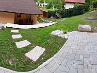 pohled zeshora zahrady - pronájem chaty Líšný (Malá Skála)