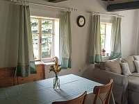 Jídelní stůl ve světnici - chalupa ubytování Syřenov