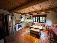 Kuchyň s obývacím koutem - pronájem roubenky Libošovice