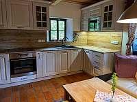 Kuchyň s obývacím koutem - roubenka k pronájmu Libošovice