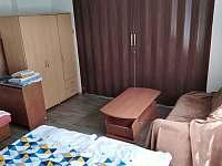 pokoj č.2 a pokoj č.1 se dají rozdělit zatahovacími roletami - Příšovice