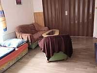 rozdělení pokojů č.1 a č.2 zatahovacími roletami - apartmán k pronajmutí Příšovice