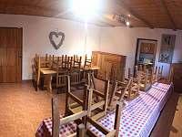 Jidelna a společenská místnost - chata k pronajmutí Benešov u Semil