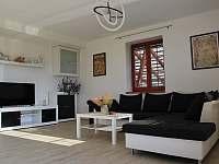 Ubytování U křížku / obývací pokoj - chalupa k pronajmutí Hrachovice