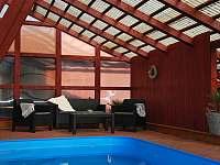 Ubytování U křížku / posezení u bazénu - chalupa ubytování Hrachovice
