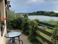 Terasa s výhledem na rybník - pronájem chaty Bílsko